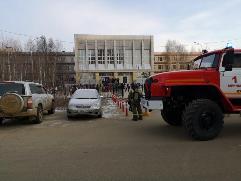 Более 500 человек эвакуировали из здания школы в Мирном из-за задымления