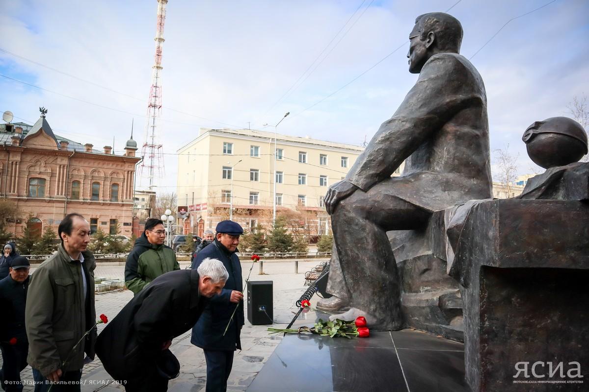 В Якутии возложили цветы к памятнику академику Владимиру Ларионову