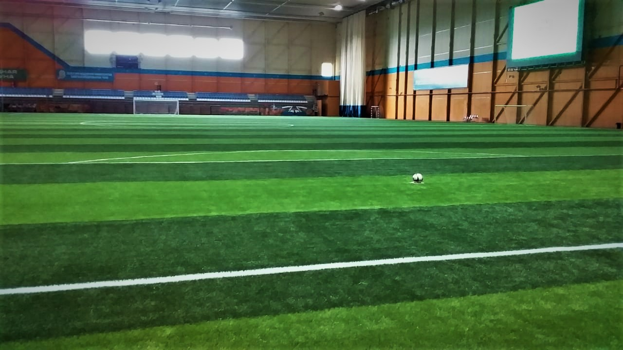Сезон зимнего футбола открыт. В спорткомплексе «Дохсун» обновили покрытие