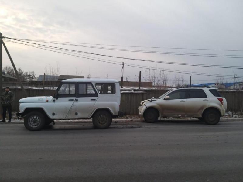 Не успел затормозить. В Нюрбе водитель «Тойоты» наехал на УАЗ, в результате пострадала женщина