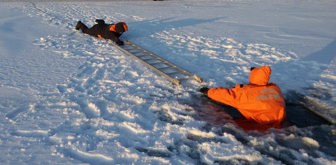 Провалился под лед. Спасатели провели для школьников наглядный урок