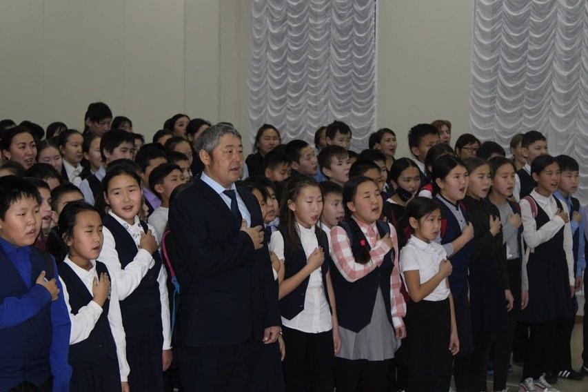 ВИДЕО. Учащиеся Момской школы поддержали указ главы, исполнив гимн России