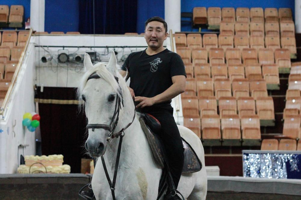 «У каждой лошади свой характер». Акробат-наездник Дьулустан Софронов о жизни животных в Саха цирке
