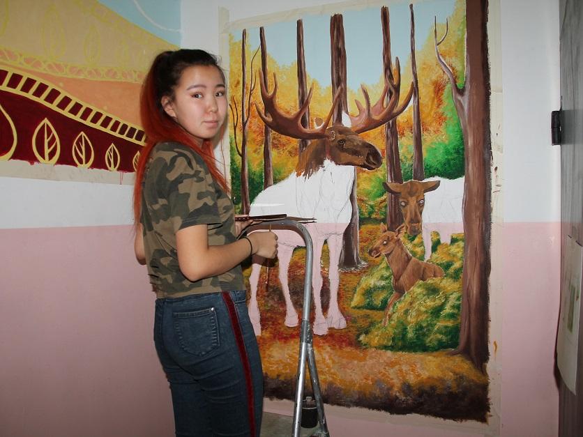 Олени и колибри. Студенты-дизайнеры украсили подъезд дома в Якутске
