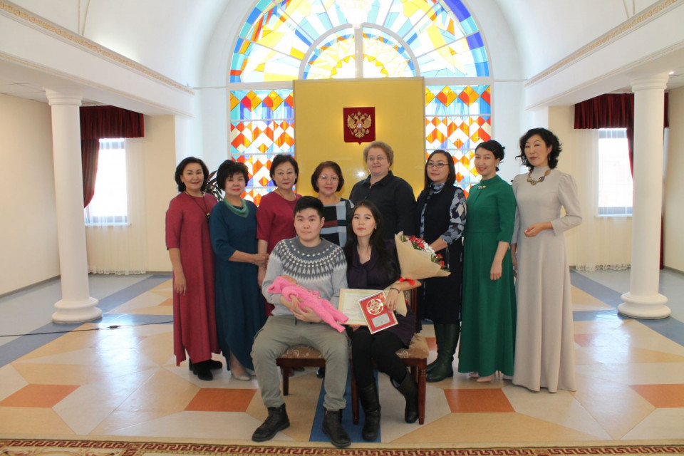 В Управлении ЗАГСа зарегистрировали 10-тысячного малыша, родившегося в этом году в Якутии