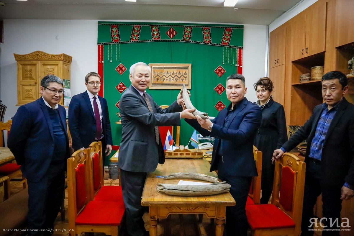 Братья Чугуновы подарили Якутскому художественному училищу более 40 кг мамонтовых бивней