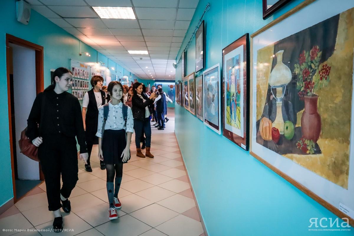 Радость творчества. В Городской классической гимназии открылась выставка юной Тани Бурцевой