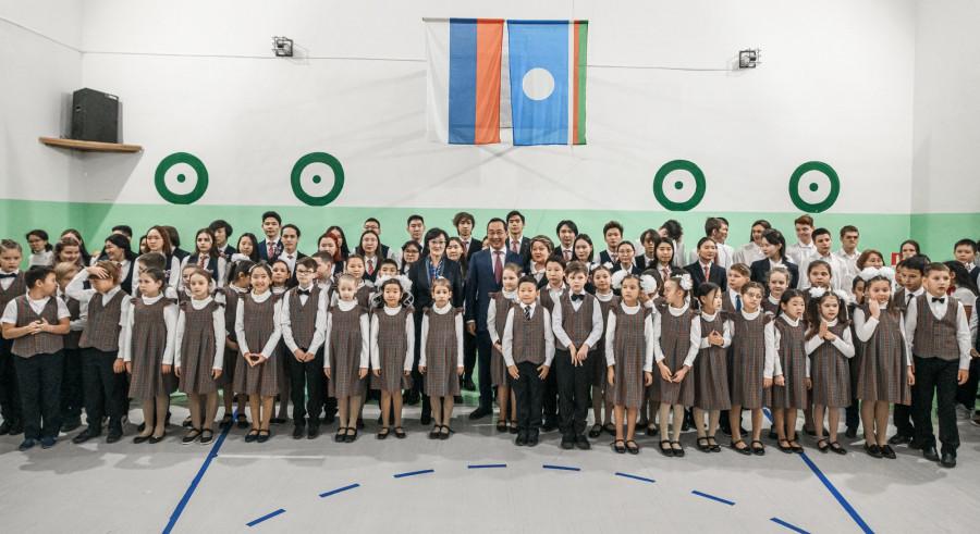 «Священная наша держава». Айсен Николаев вместе с учащимися школы №5 исполнил гимн России