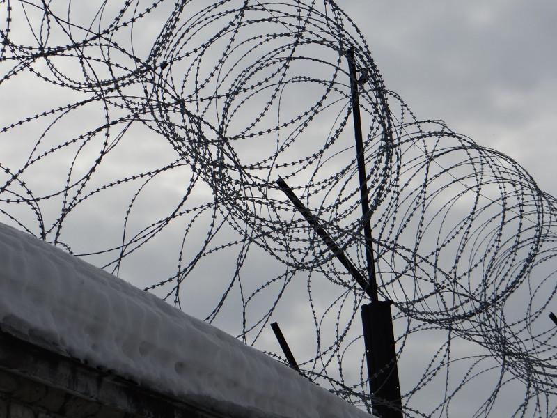 Заключенного осудили за попытку дать взятку сотруднику исправительной колонии в Якутии