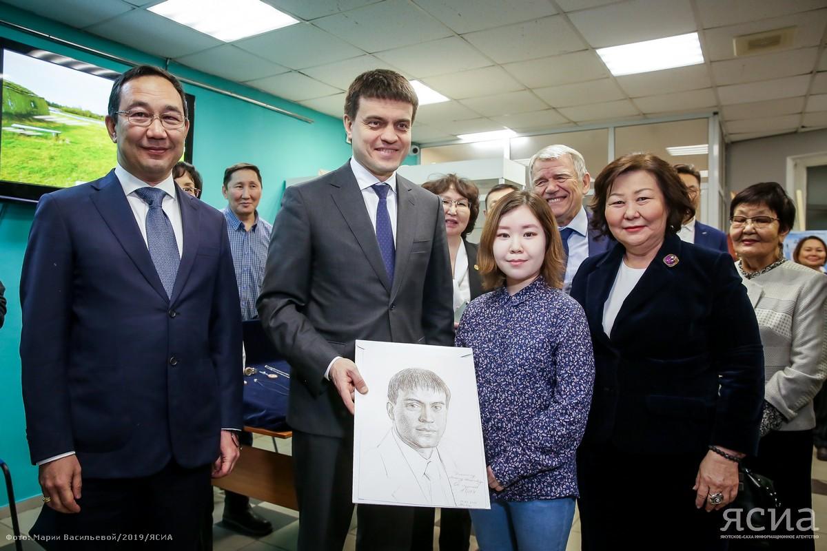 Студентка подарила министру науки России Михаилу Котюкову его портрет