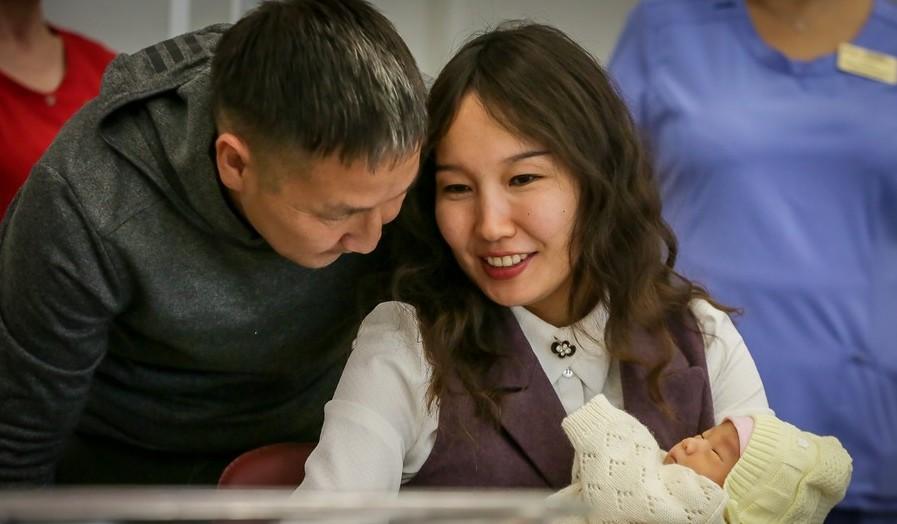 С 2020 года в Якутии увеличатся размеры выплат при рождении или усыновлении ребенка