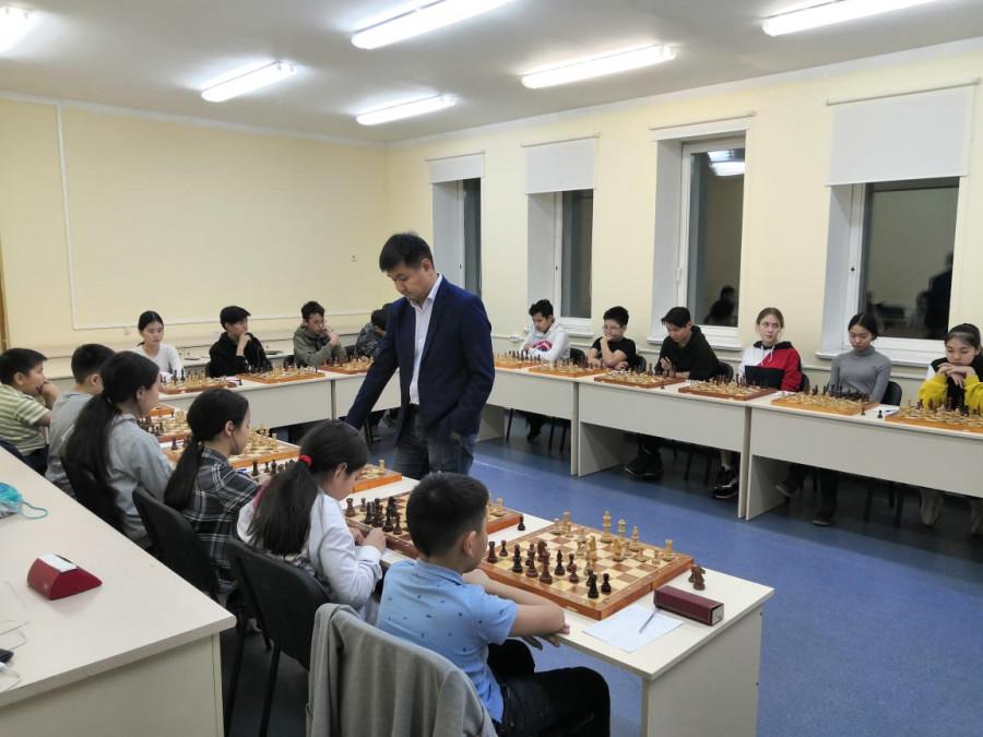 Гроссмейстер из Бурятии проводит занятия по шахматам  для юных якутян