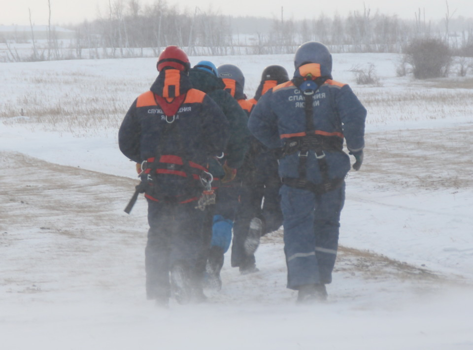 Замерзающие в песках. Служба спасения пришла на помощь застрявшим на несанкционированной переправе
