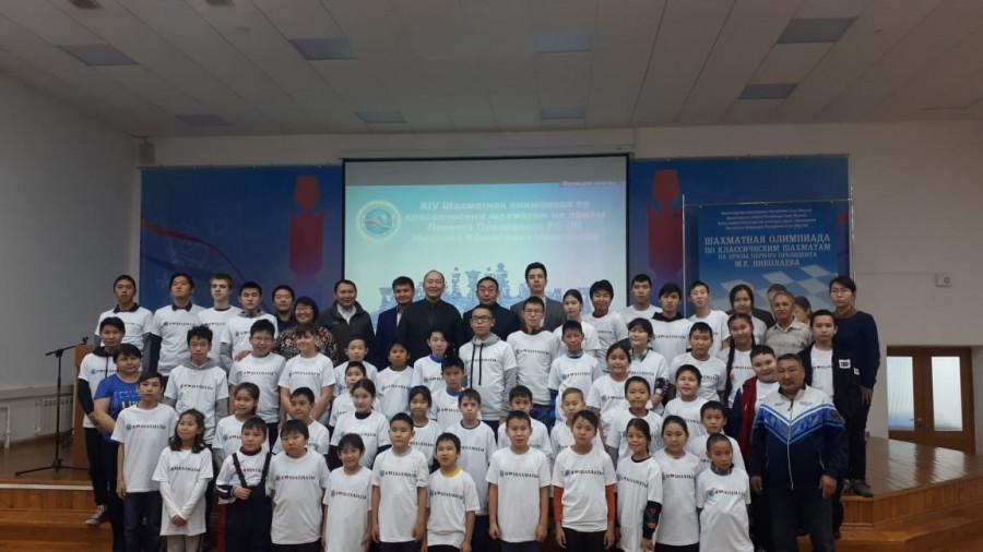 Школьники участвуют в олимпиаде по классическим шахматам
