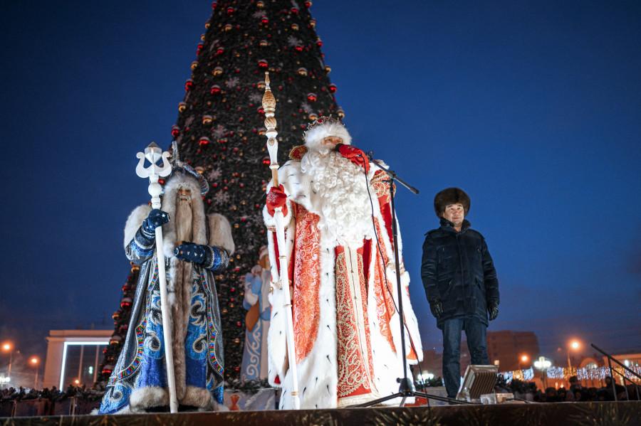 Раз-два-три..! В Якутске зажгли первую в России новогоднюю елку