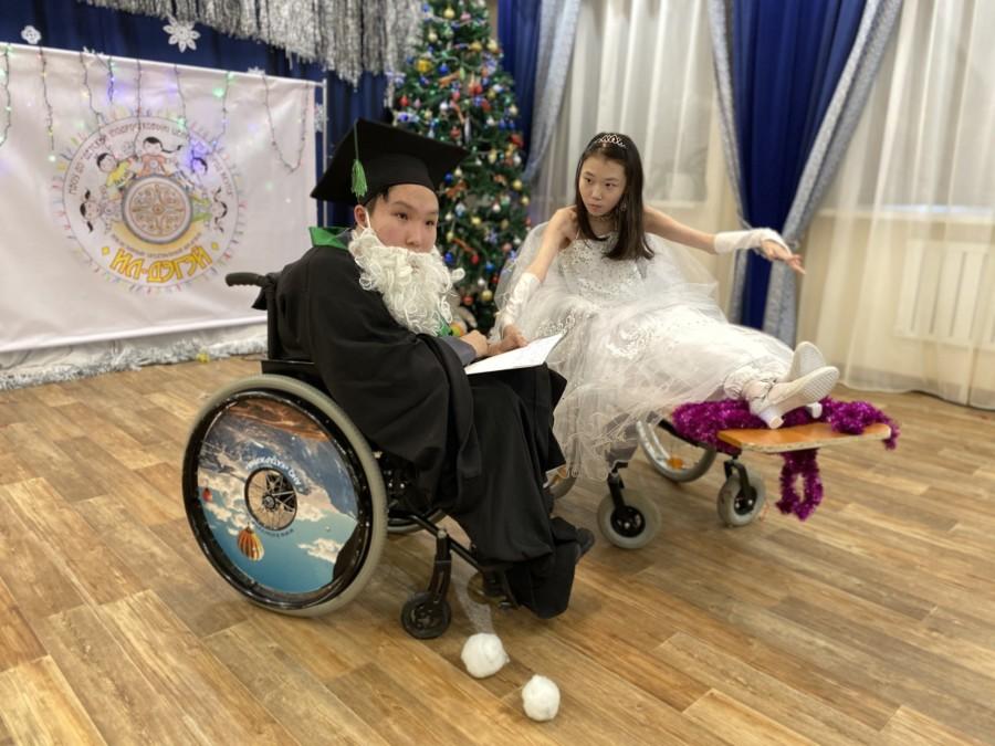 Новогоднюю сказку сыграли ребята из инклюзивного танцевального ансамбля «Ил-Дэгэй»
