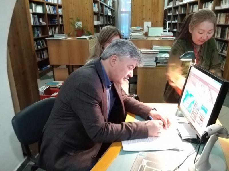 Учёные из Турции подарили книги Национальной библиотеке Якутии