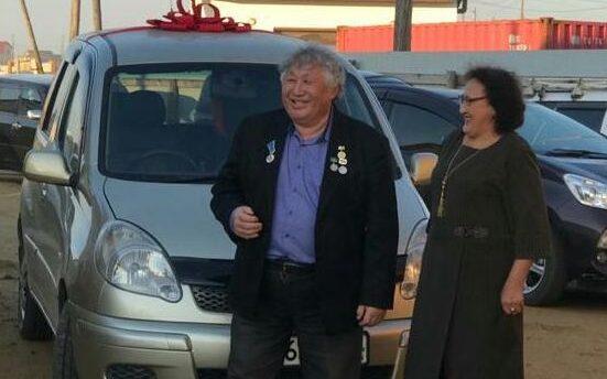 Благодарные дети подарили отцу автомобиль