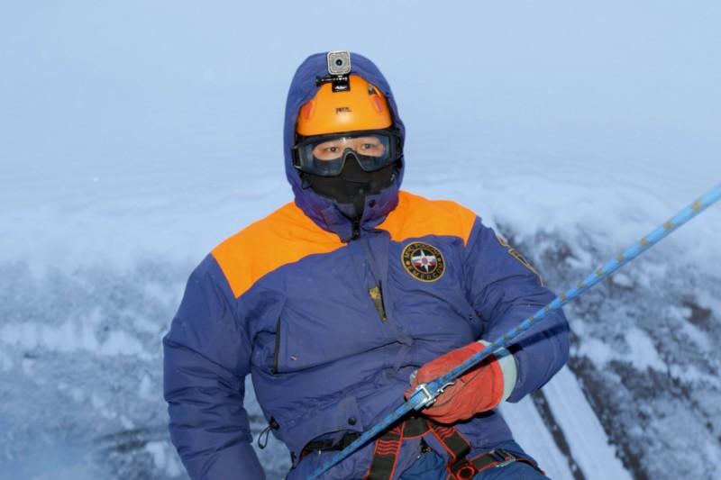 Морозы не страшны. Спасатели МЧС провели занятия по беспарашютному десантированию
