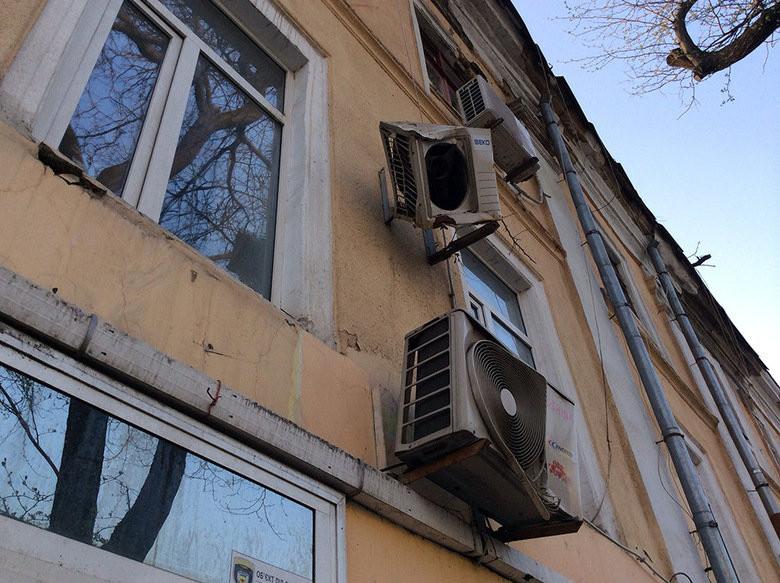 На здания-памятники запретят вешать кондиционеры, антенны и другие техустройства