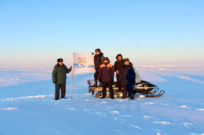 Флаг 30-летия МЧС России установлен в Арктической зоне Якутии
