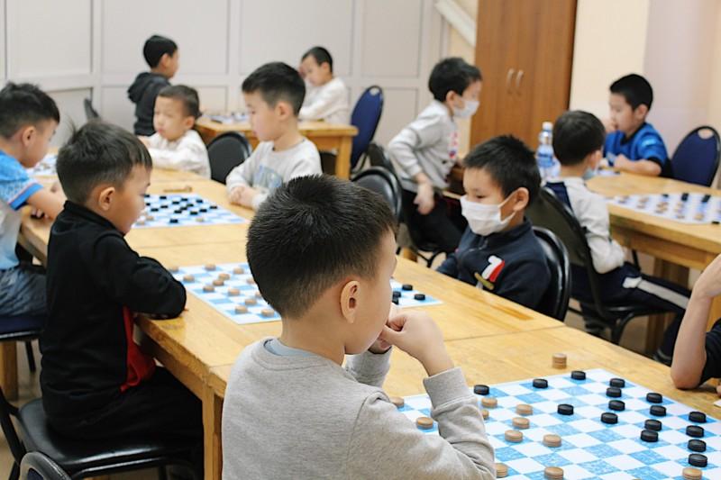 Более 200 шашистов всех возрастных групп принимают участие в первенстве республики
