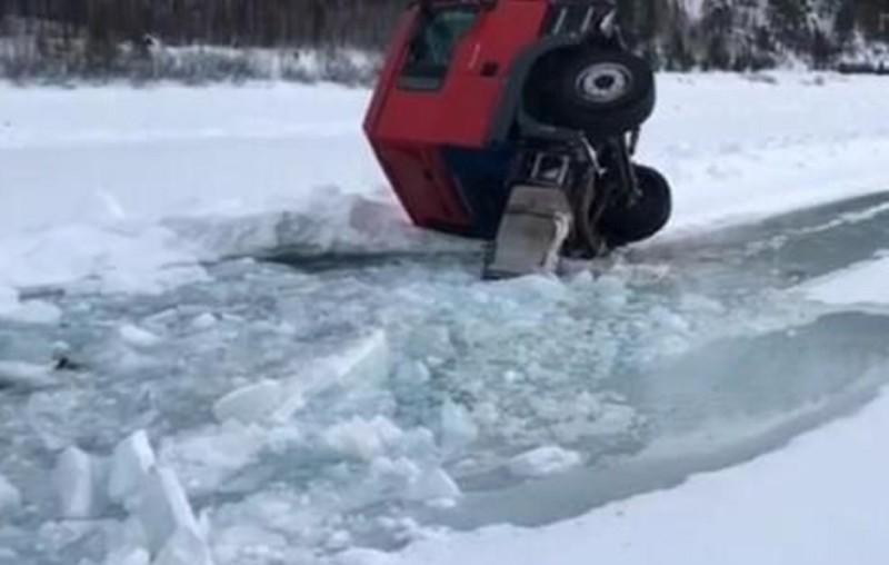 В Олекминском районе под лед провалился большегруз