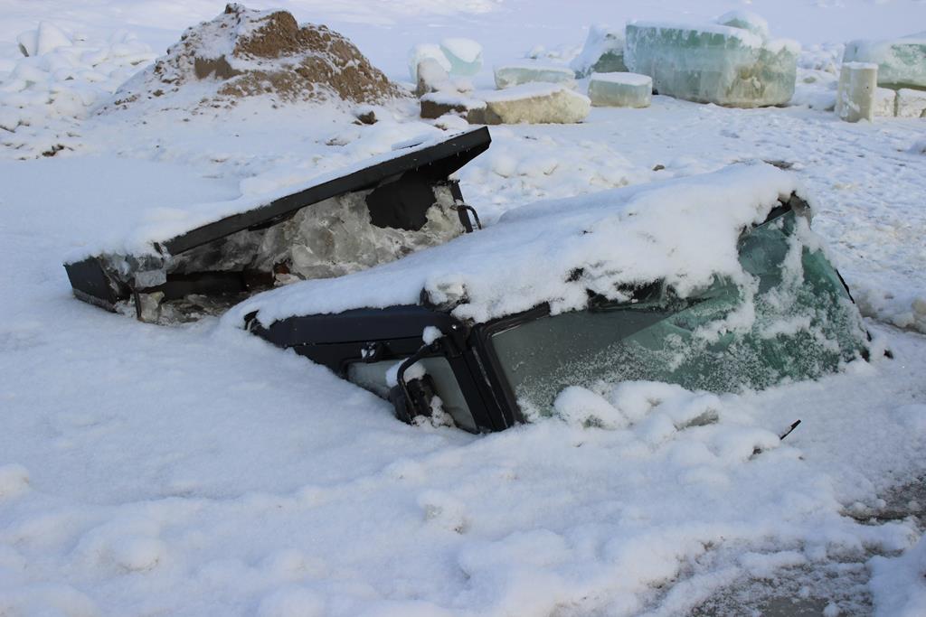 ВИДЕО. Самосвал, провалившийся под лед в Даркылахе, загрязняет воду нефтепродуктами