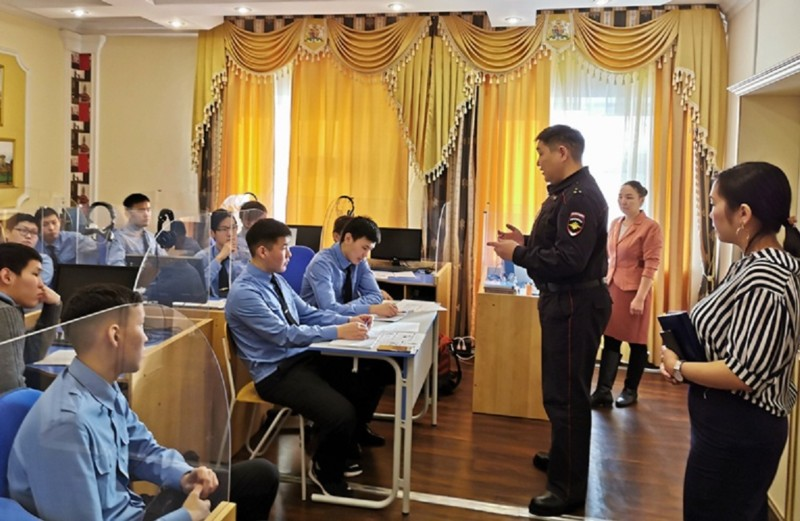 Занятие по правовому информированию студентов провели транспортные полицейские