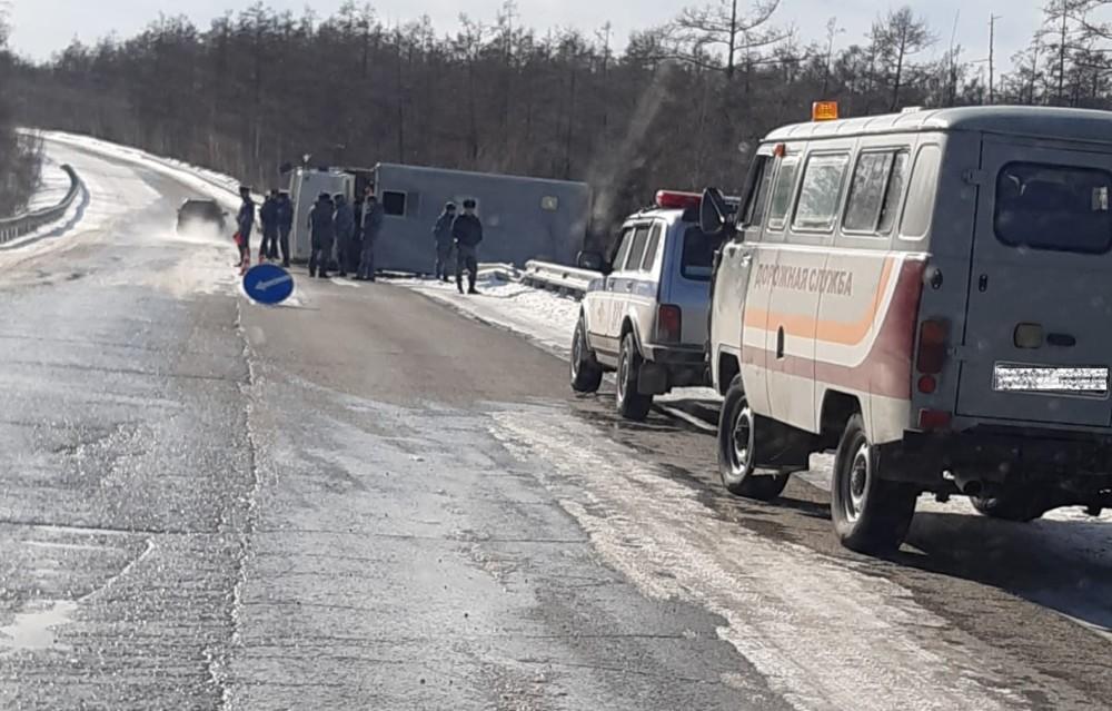 В Якутии спецтранспорт УФСИН, везя осужденных, опрокинулся на автотрассе
