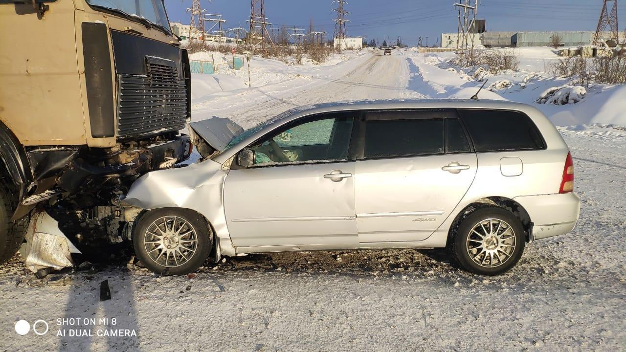 Большегруз против легковушки. В Мирнинском районе машины столкнулись на скользкой дороге