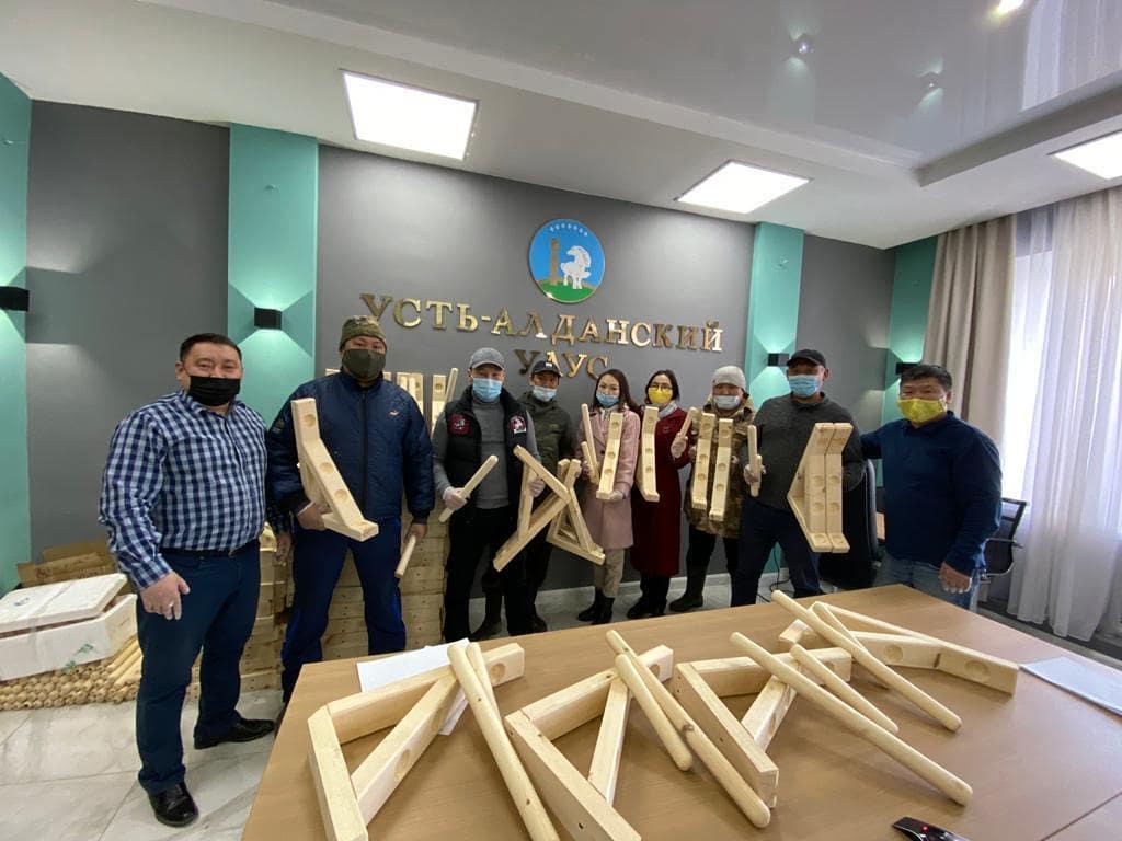 «Тутум эргиир». Коллектив Усть-Алданской школы подарил детям 100 тренажеров для якутской вертушки