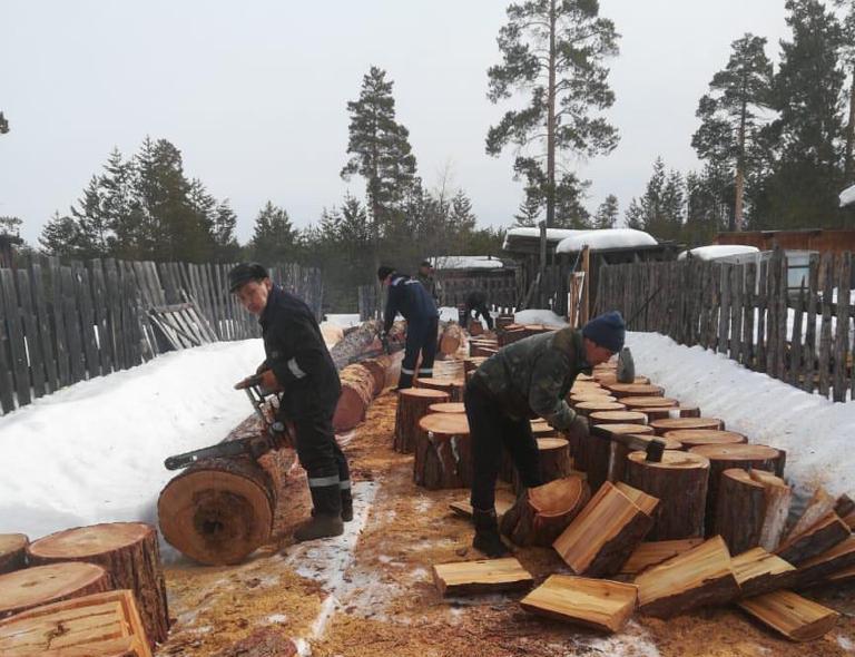 Теплоэнергетики в Алданском районе заготовили дрова для ветеранов и малообеспеченных