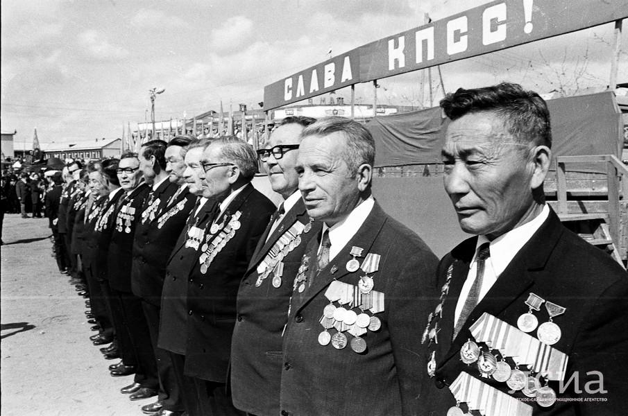 Фотослужба ЯСИА оцифровала ретро-снимки Дней Победы в Якутии