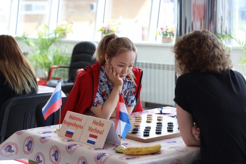 Якутская шашистка Матрена Ноговицына продолжает выступать в онлайн-матче Европы и Америки по шашкам