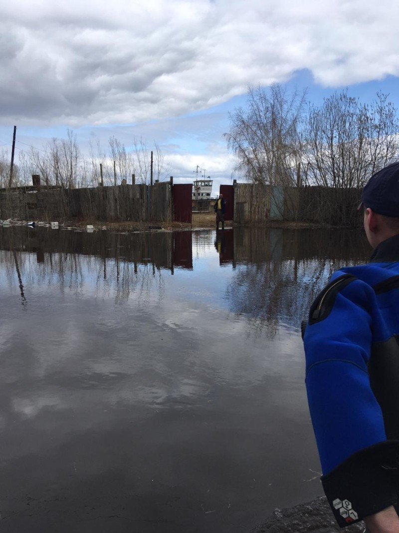 Спасатели эвакуировали мужчину с затопленной улицы на Даркылахе в Якутске