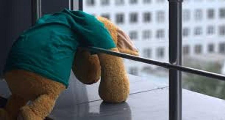 В Намцах с балкона своей квартиры выпала двухлетняя девочка