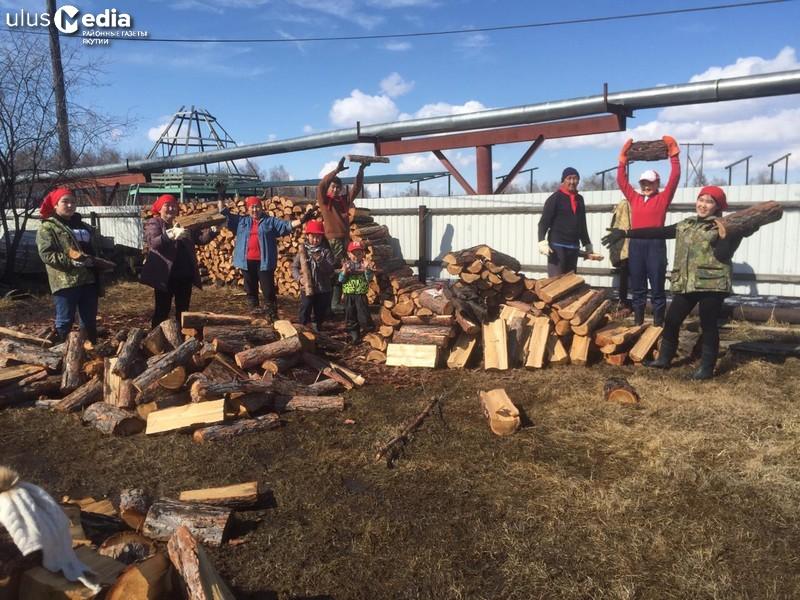 Субботник вместо демонстрации. В Мегино-Алдане семья заготовила дрова и украсила двор