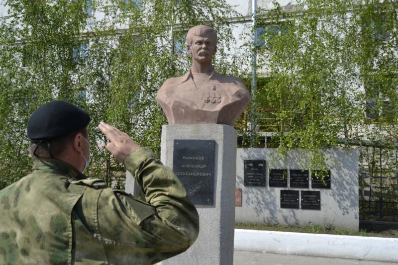 В Якутске сотрудники ОМОН почтили память Героя России Александра Рыжикова