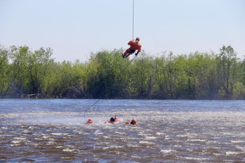 В Якутии спасатели провели тренировки по спускам на воду