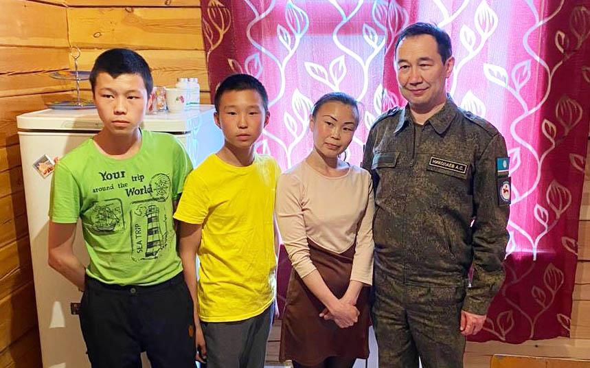 В селе Берёзовка Айсен Николаев посетил многодетную семью