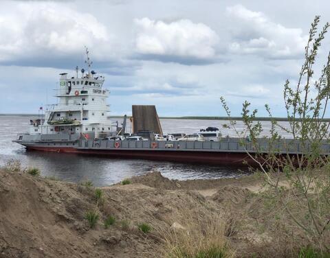 Паром с десятками машин на борту не смог причалить к берегу Якутска
