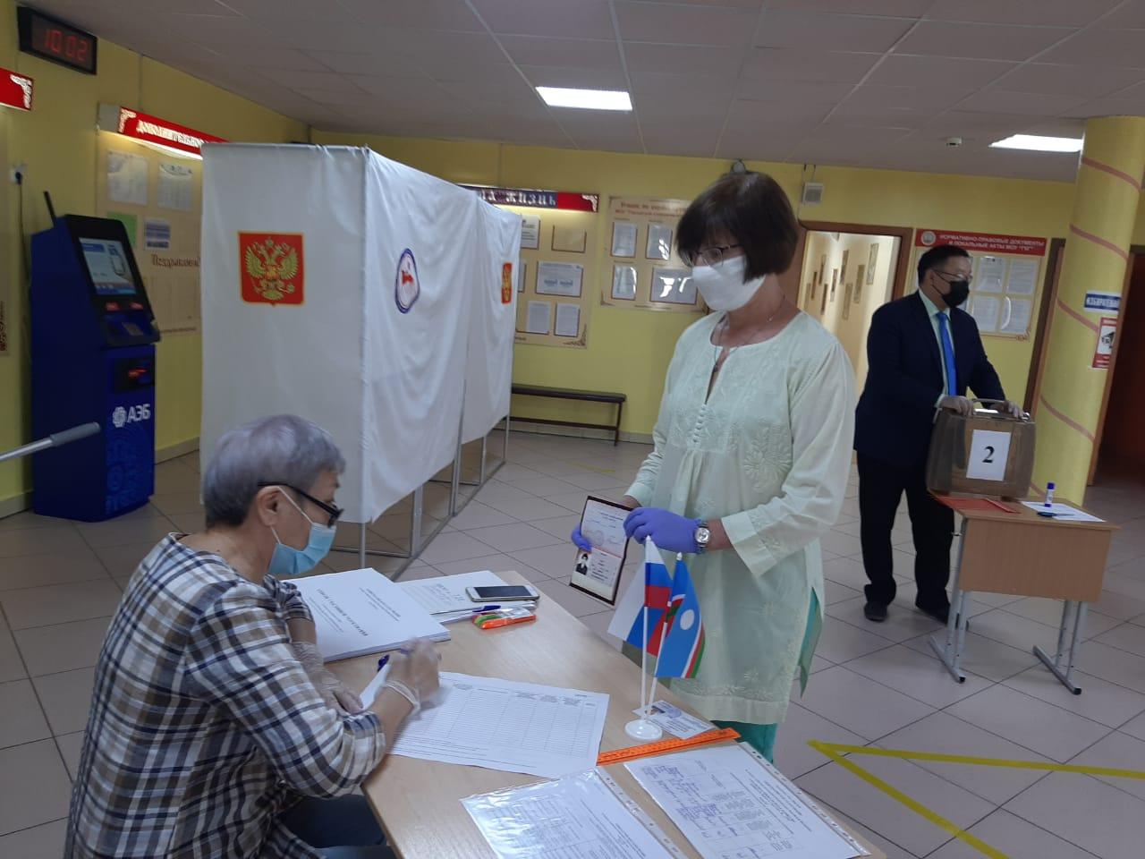 Директор Якутской городской классической гимназии проголосовала по поправкам в Конституцию
