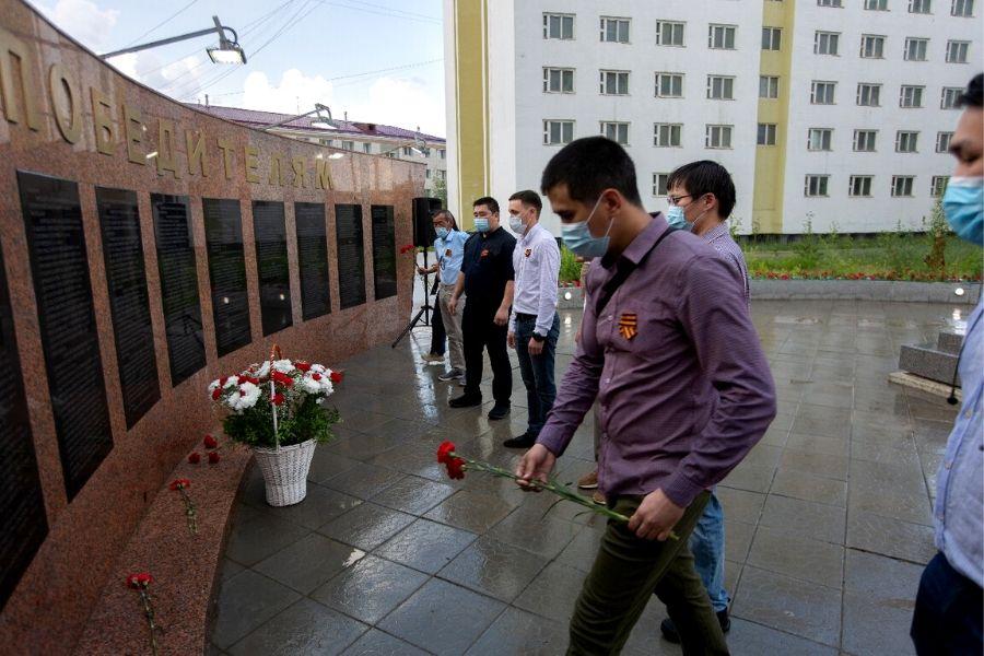 В СВФУ возложили цветы к мемориалу Победы