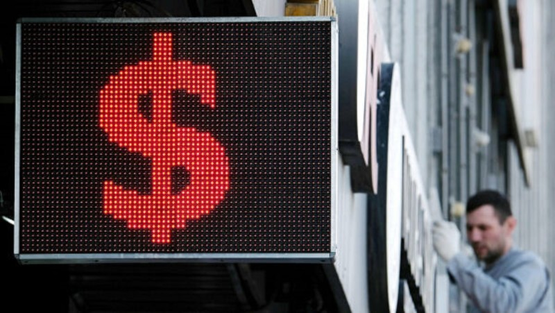 Курс доллара впервые с марта упал ниже 69 рублей