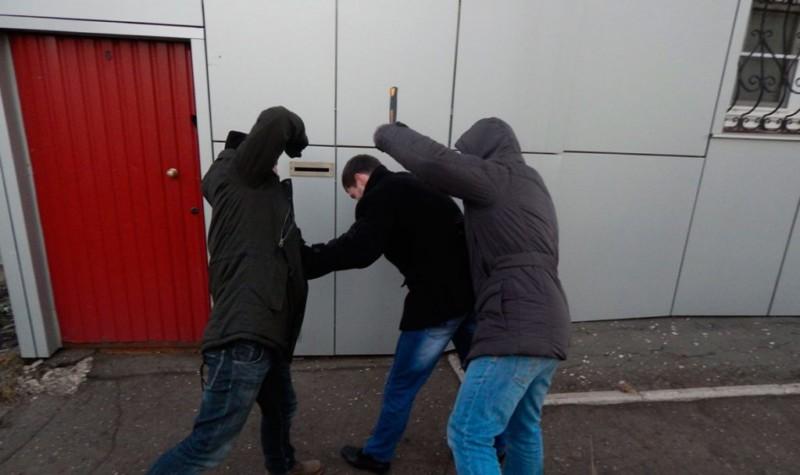 У жителя Якутии, угрожая расправой, четверо мужчин вымогали 1 млн рублей