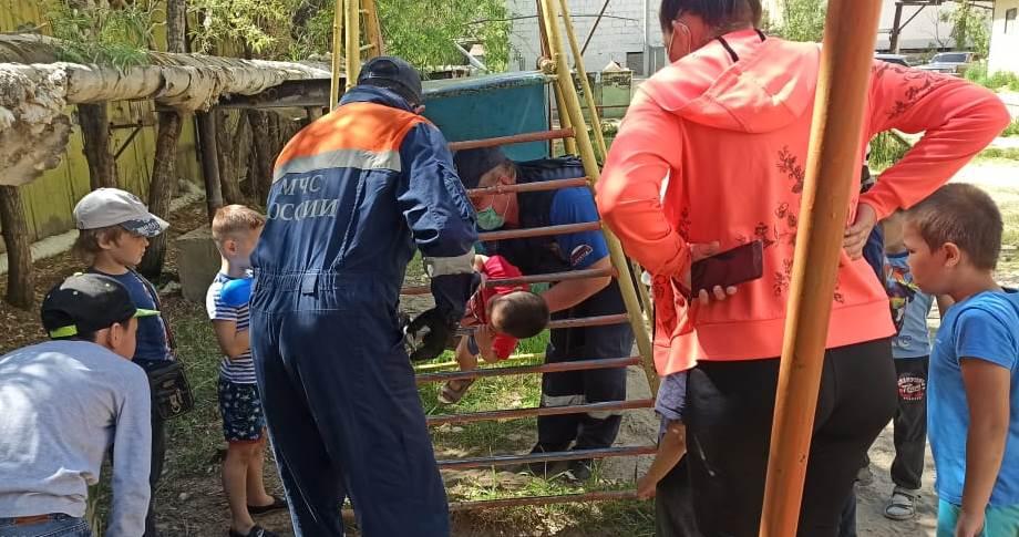 В Якутске спасатели вызволили ребенка, застрявшего в проёме лестницы