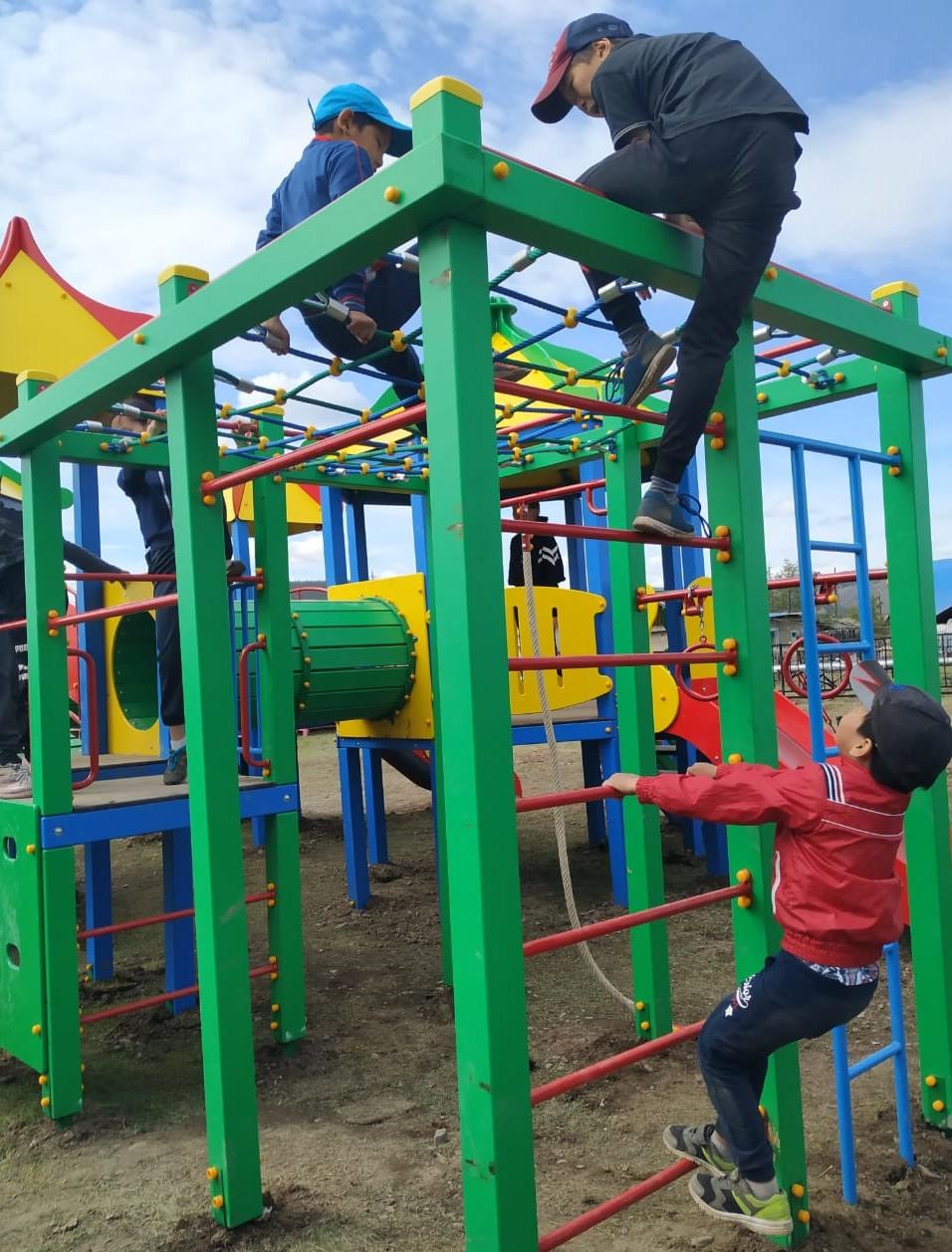 Детворе верхоянского села АЛРОСА и Целевой фонд будущих поколений подарили новую площадку