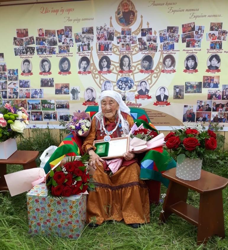 Ветерана Ульяну Пермякову наградили почетным знаком долгожителя Якутии