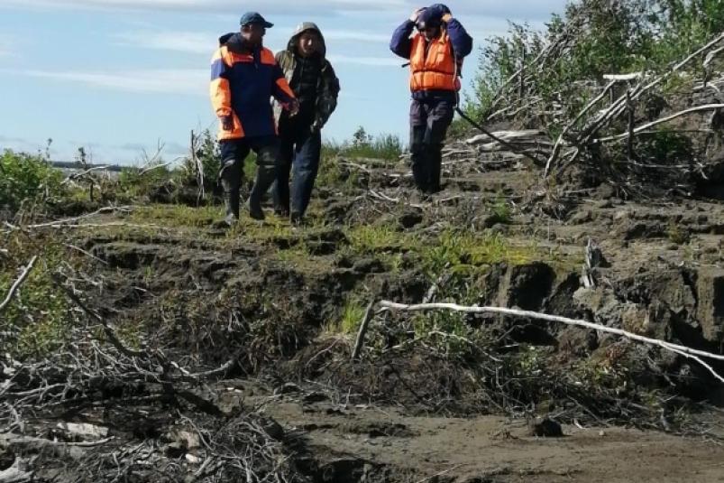 Рыбак выпал из лодки на реке Колыма в Якутии